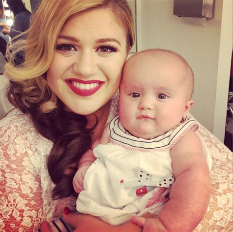 Kelly Clarkson takes selfie with baby daughter